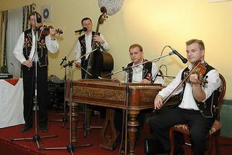 cimbalova hudba, ktora nam cely vecer prekrasne vyhravala - Zeleziar