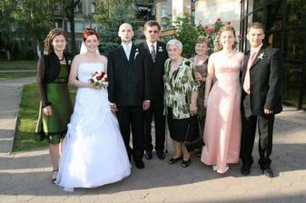 Moji rodičia, babka a sestričky s polovičkami.