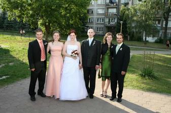 Moje sestričky - vľavo Slavka s manželom Jožkom, vpravo Ivka (tu má nick ivkalily) so snúbencom Jankom.