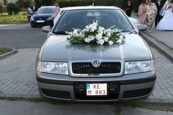 """Naše svadobné autíčko - sestra Ivka s Jankom majú čerstvý """"prírastok"""" a vďaka tomu sme mali nádherné auto."""