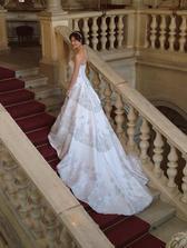 ze zadu nádherny,ale pro klasickou svatbu nevhodny