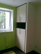 Hotová skříň v kuchyni, uprostřed bude mikrovlnka
