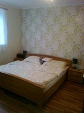 Ložnice s mým starým nábytkem, snad bude nová postel.. a provizorní nezkrácená záclona ze starého bytu