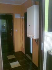 Snad brzy budou nové vchodové dveře. Kotel mohl být buď v koupelně nebo v chodbě, tak jsme ho dali sem. Bude kolem něj dřevěné obložení, aby se co nejvíc schoval.