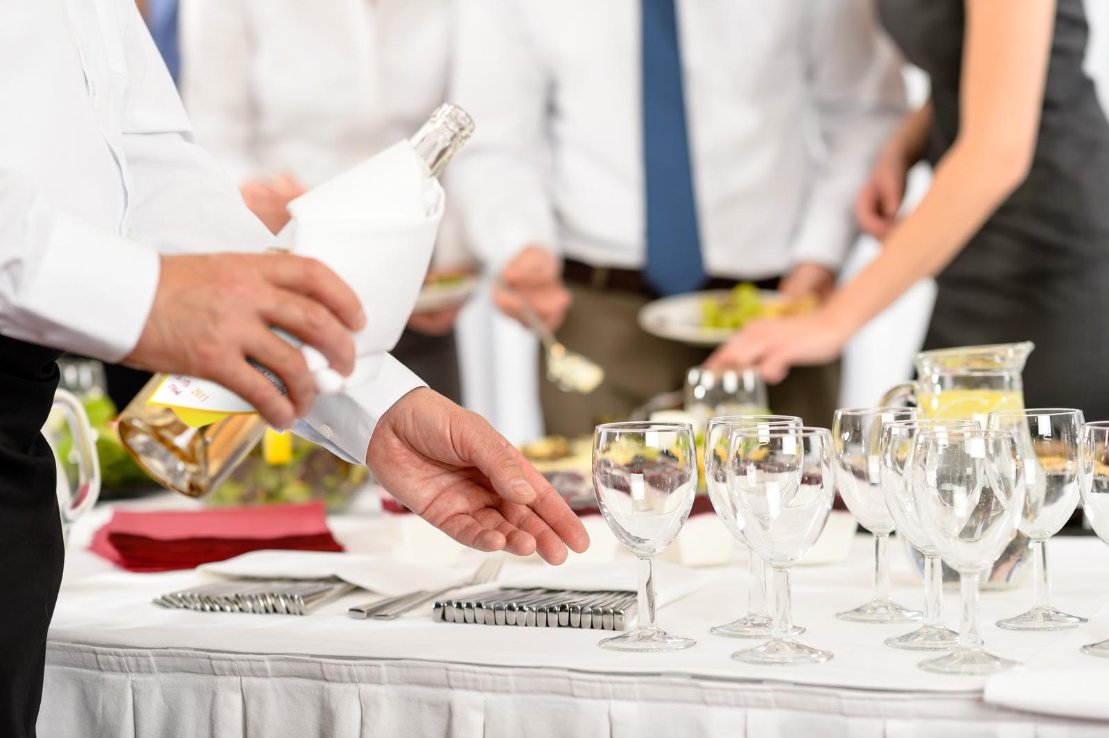 vinomaravilla - Po svadbe každý hovorí aké mala nevesta šaty a aké bolo víno. Tak ako si dáte záležať na svadobných šatách dbajte aj na výber vína.
