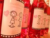Svadobné víno s ružovým motívom a vtipnými postavičkami