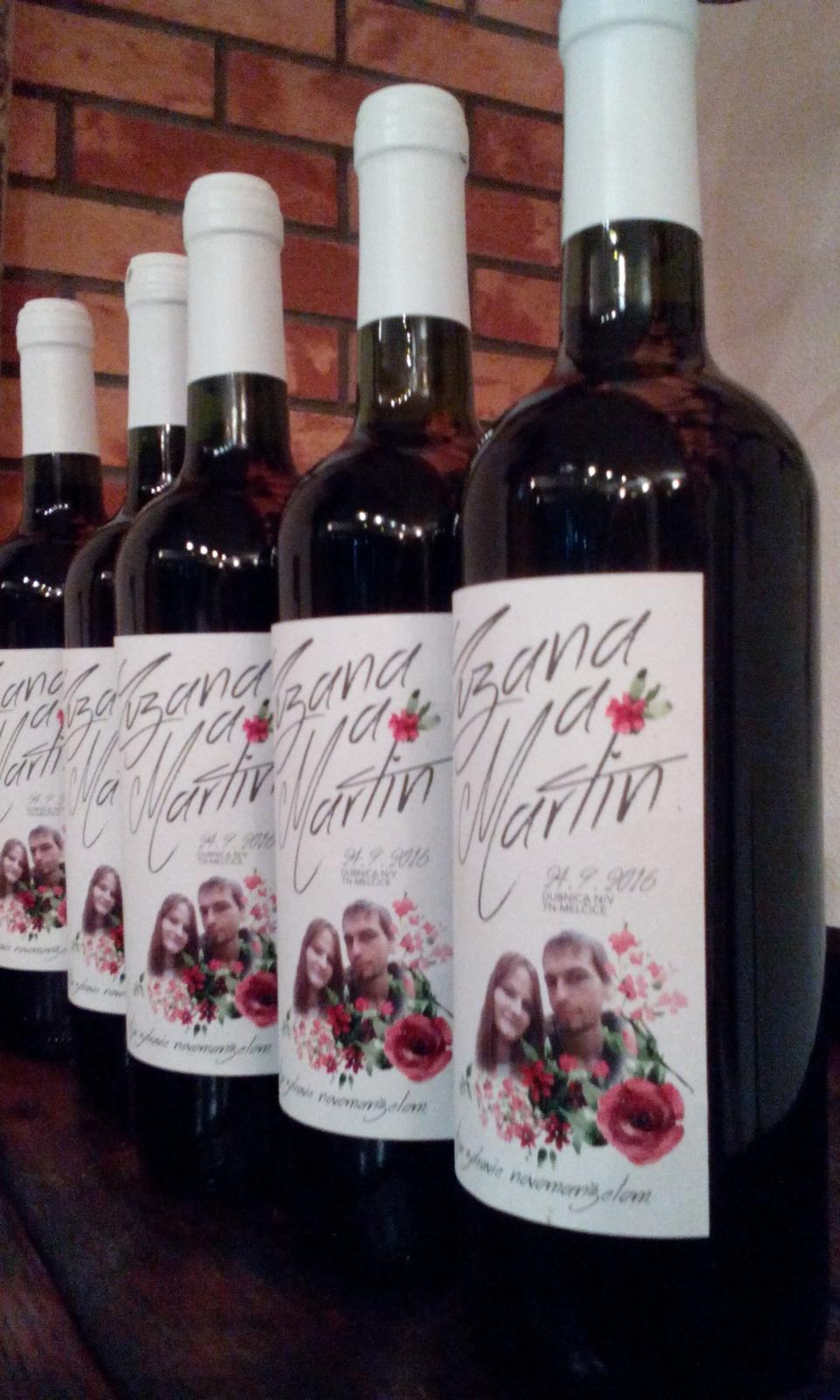 vinomaravilla - Svadobná fotografia zakomponovaná do štýlového písma na etikete