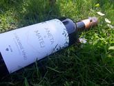 Svadobné vínko so štýlovou modernou etiketou. Tieto motívy sú momentálne in