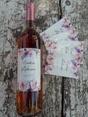 Svadobné vínko bolo ružové teda aj etikete svedčí elegancia kvetín okolo