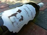 Svadobné vínko s vyrezávanou etiketou v štýle panáčikov