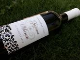 Svadobné víno s vyrezávanou etiketou a elegantným písmom