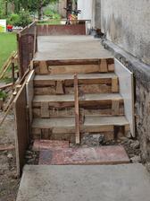 schody so základom verandy sú už ready, budeme ťahať múry zanedlho...
