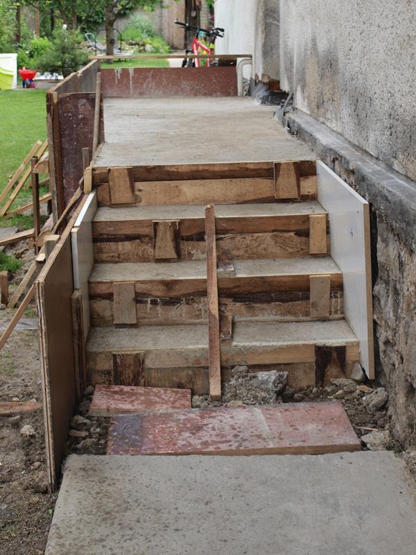 Štrúdľa po liptácky - schody so základom verandy sú už ready, budeme ťahať múry zanedlho...