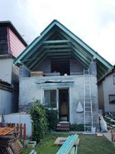 vzadu sme zrusili strechu na pivnici, chceme ju vyvysit a  prepojit to cele a prestresit tak zadne okno s balkonovymi dverami