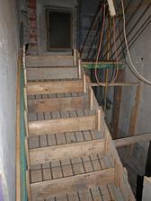 schody sa konecne rysuju, v pondelok snad zabetonujeme aspon polku...