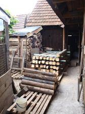 drievko zo stareho 100 rocneho krovu v skvelom stave, popilene a pripravene na svoj dalsi osud - terasove a zahradne sedenie :-)