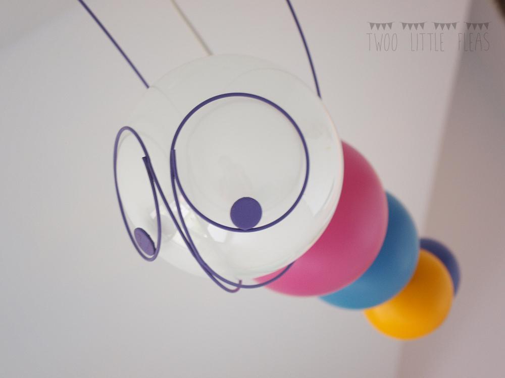 Štrúdľa po liptácky - takuto divno-cudnu lampu sme splasili vo vypredaji :-) blchy ju miluju... este musim vyhutat co s tou zltou gulkou, nehodi sa mi do predstavy :-D