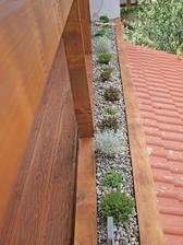 kedze sme nevedeli co so zvysnym priestorom na terase, pred zabradlim, lebo pred 100 rokmi sa domy stavali, tak ako sa stavali.... prisiel napad a spravili sme minimalisticku zahradku :-)