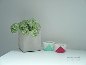 hand made for my little sunshine. kvetinac z obycajneho cementu a svietniky z bieleho...