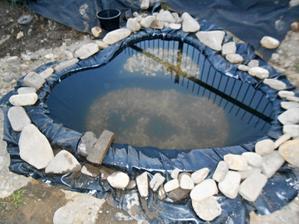 Kameny co dům dal. Časem vyměníme za gabionové, aby ladily s oplocením.