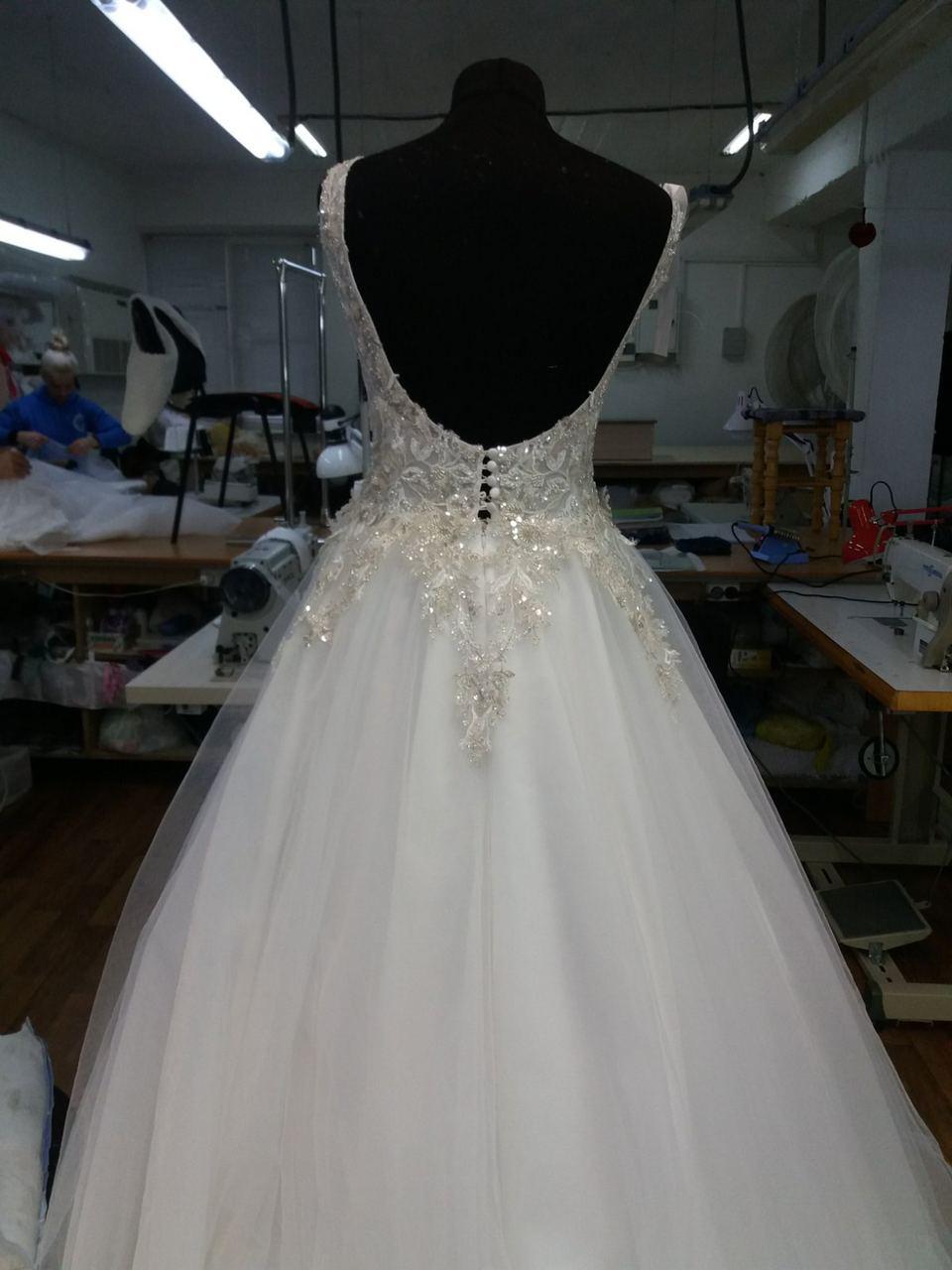 Šaty pre Janku - Hotové šaty - hlboký výstrih na chrbte so skrytou šnurovačkou a gombíkmi