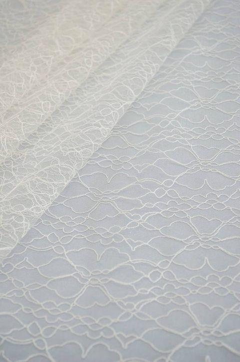 Šaty pre Drahomíru - Zdobený tyl, ktorý si nevesta želala použiť na celej sukni (navrchu prekrytý s čistým ivory tylom pre zjemnenie).