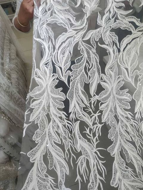 Šaty pre Drahomíru - Hlavná vyšívaná čipka, ktorú si nevesta pri výbere zamilovala. Čipka bola použitá  na živôtiku, jemne do stratena na sukni a tiež na spodnom leme sukni.