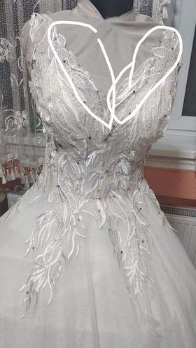 Šaty pre Drahomíru - Šaty v procese šitia - nevestina požiadavka, aby neboli okraje moc asymetrické a čipka bola uložená čo najrovnejšie