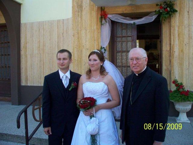 Stanka Nerádová{{_AND_}}Martin Škrátek - foto s biskupom, čo nás zosobášoval