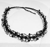 Čierny náhrdelník,