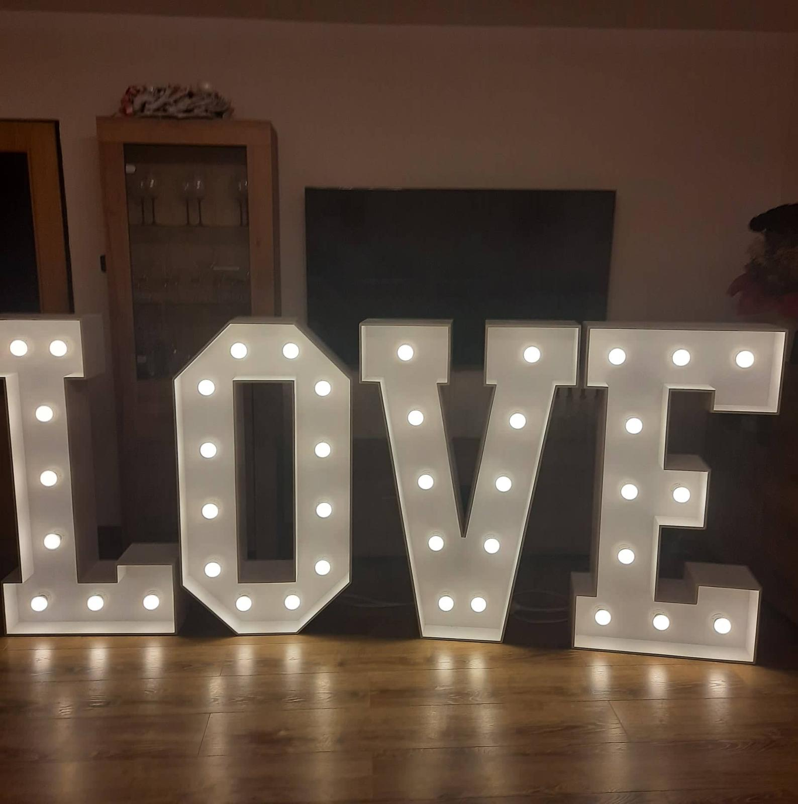 Pronájem svítícího nápisu LOVE - Obrázek č. 1