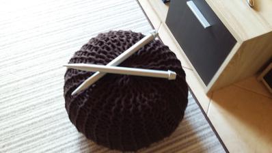 môj prvý pletený puf - vyskúšala som a podarilo sa