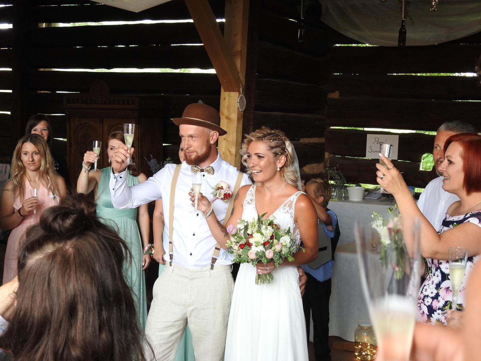 Pavlína{{_AND_}}Radim - Zatím přidávám fotečky z mobilů svatebčanů :-) .Novomanželský přípitek ♥♥♥