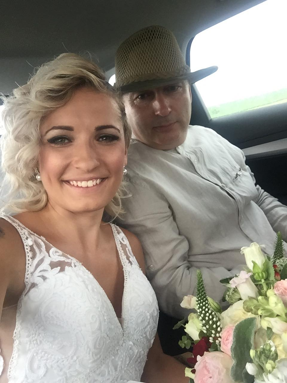 Pavlína{{_AND_}}Radim - Poslední fotka jako Štibingerová. S tatínkem v autě na cestě k obřadu ♥ byla to pro mě nejkrásnější chvíle, kdy mě držel za ruku,hladil jako malou holčičku a díval se na mě pyšným a milujícím pohledem♥