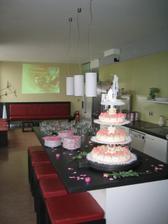 v pozadi slo naso svadobne dvdcko aby sme naladili tu spravnu atmosferu :)
