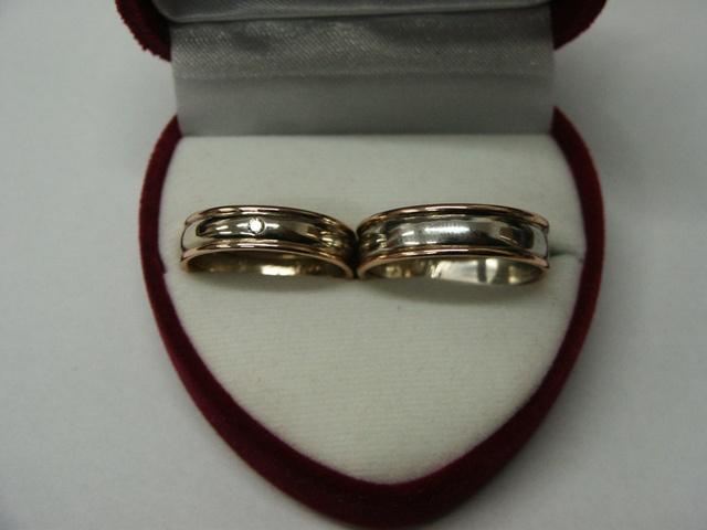 Tak tohle jsou naše prstýnky, máme z nich velkou radost.