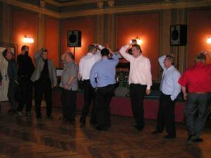 A došlo i na pánský řadový tanec. Kdo jej neznal, naučil se.