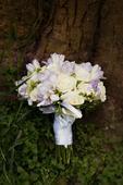 svatební kytice - frézie a růže,