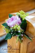 malá kytička ze živých květin - pivoňka,