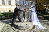 Svadobné šaty s doplnkami, 38