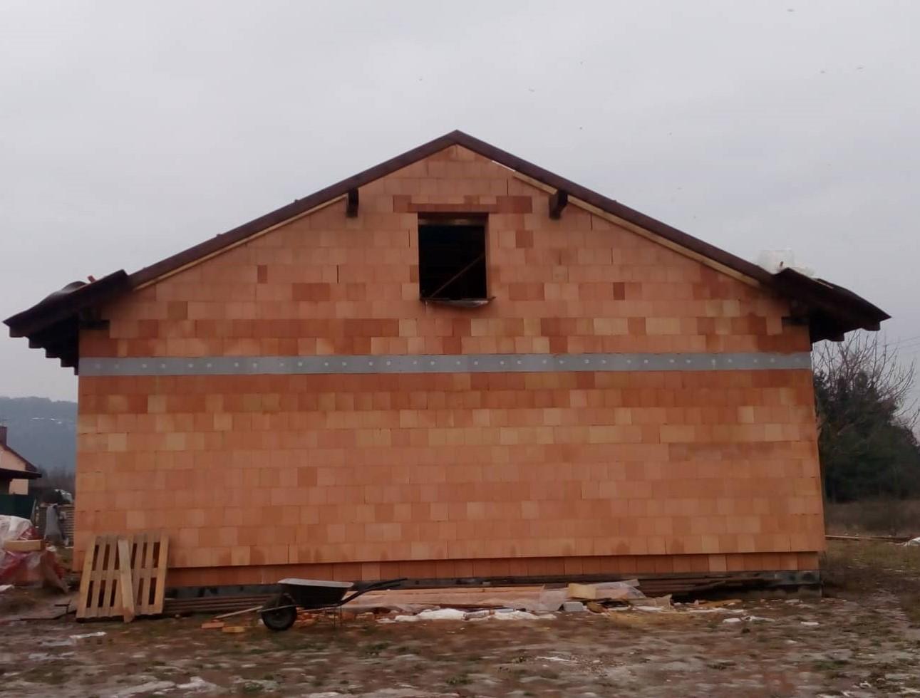 Náš vysněný domov :-) - Zadní štít dozděň :-) okno bude začátkem března :-)