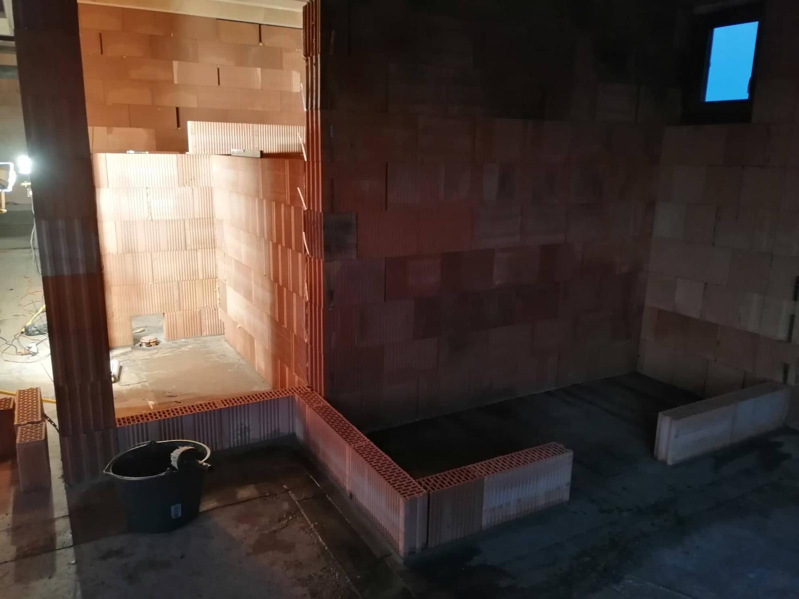 Náš vysněný domov :-) - založená naše pidi špajz :-) a výš vyzděná příčka je záchod