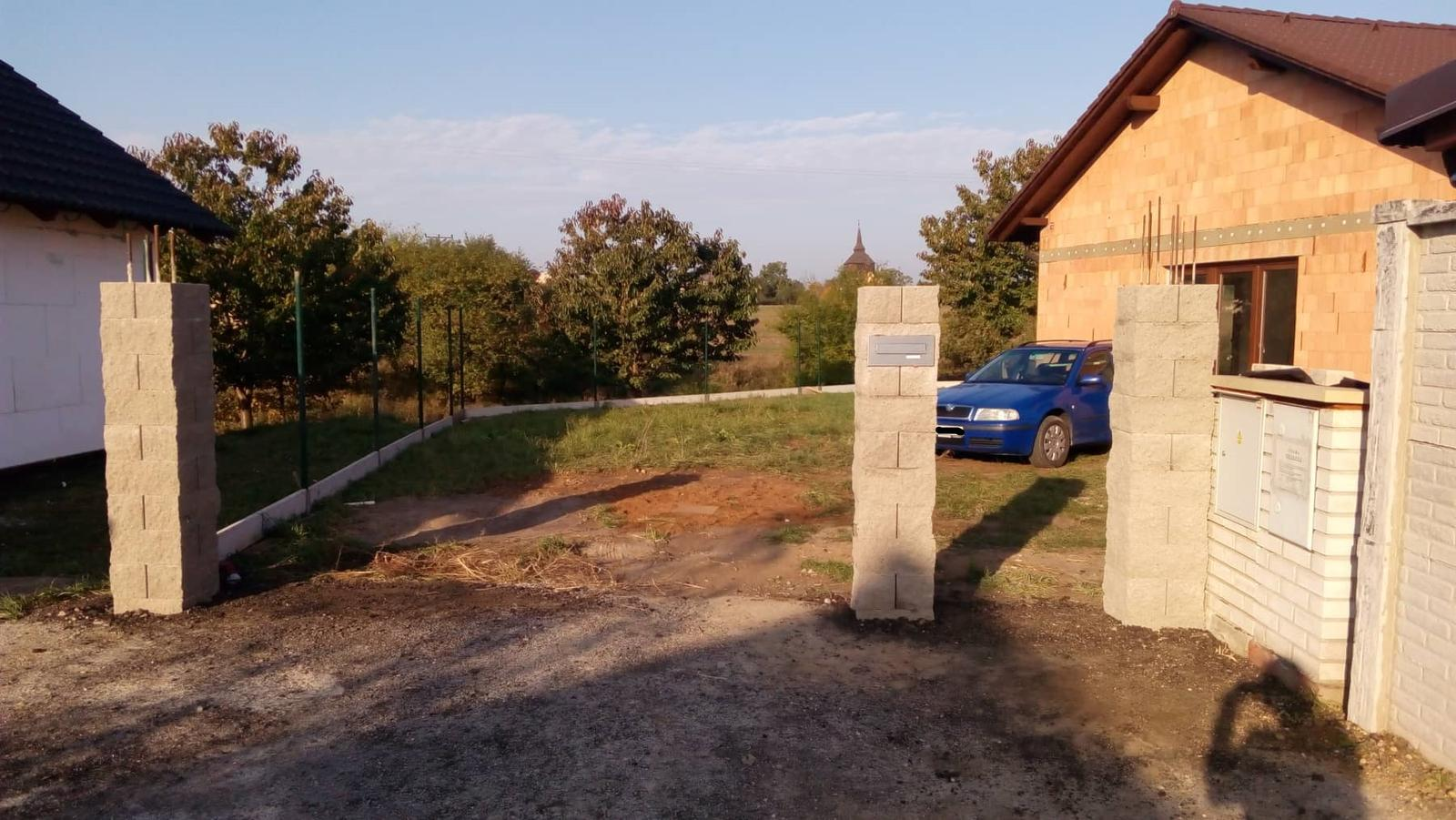 Náš vysněný domov :-) - Už se rýsujou vrata, vrátka a plot :-) :-) Uvnitř čekáme na řemeslníky, tak pracujeme kolem domu.