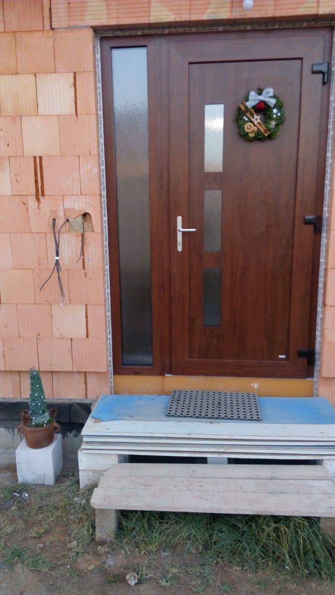 Náš vysněný domov :-) - venku trochu bordel, ale výzdoba musí být :-) :-)