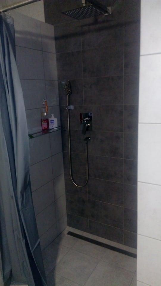 """Náš vysněný domov :-) - provizorní sprchové """"dveře""""  :-)"""