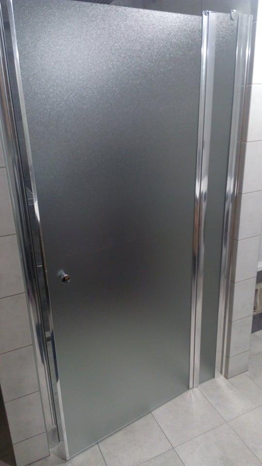 Náš vysněný domov :-) - máme sprchové dveře..konečně jsem mohla vyhodit závěs :-D :-)