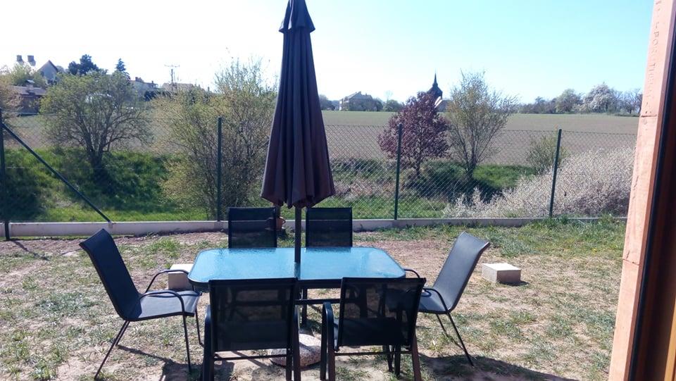 Náš vysněný domov :-) - Ikdyž ještě není pergola..pořídili jsme sezení, když už je tak krásně ať máme kde chytat sluneční paprsky :-)