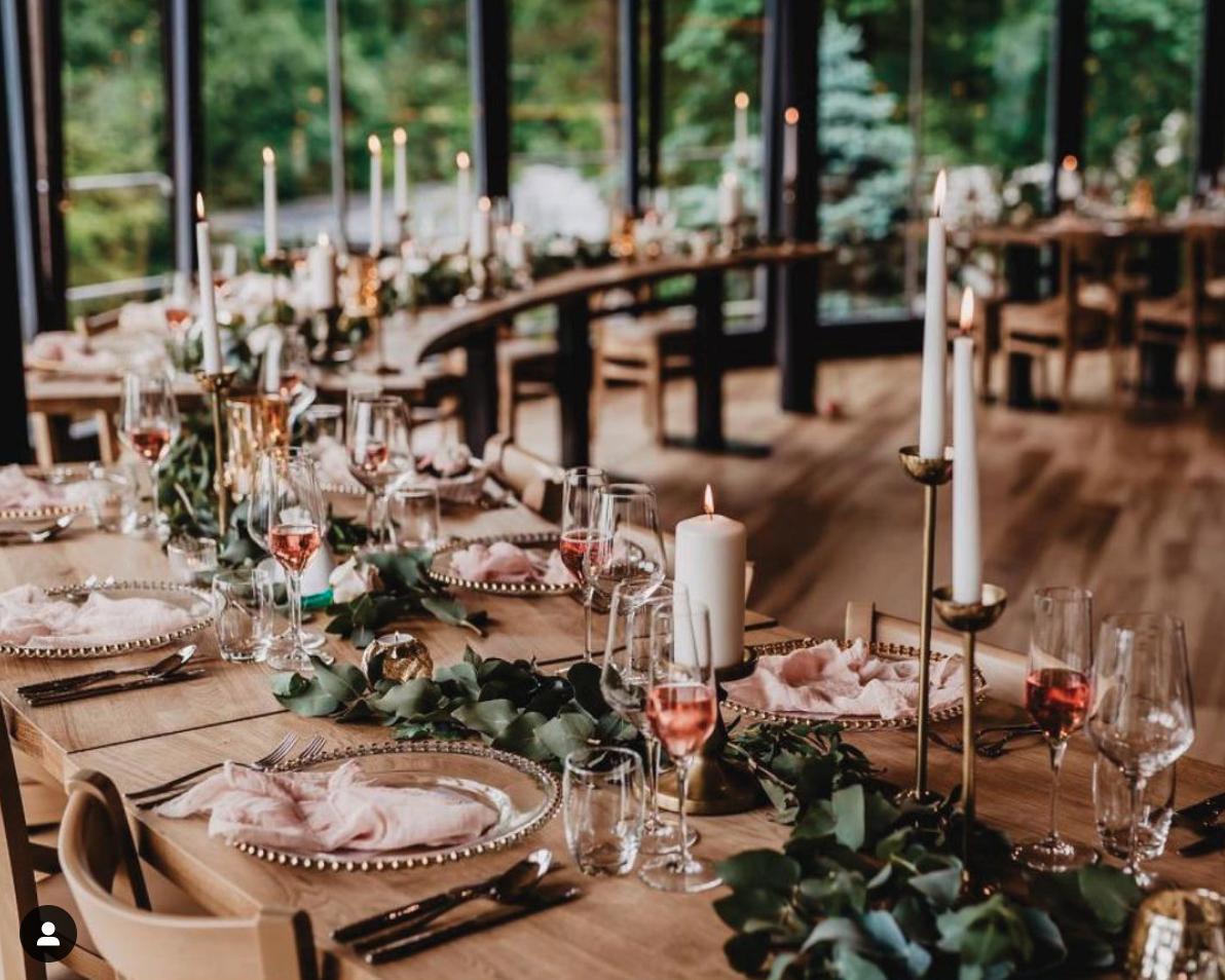 Co už máme nachystáno - Naše místo - Cattaleya Čeladná, romantický prosklený sál s výhledem do korun stromů