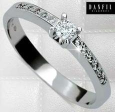 můj zásnubní prsten, už ho nosím od prosince :)