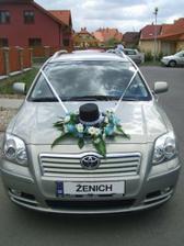 ..na autě ženicha